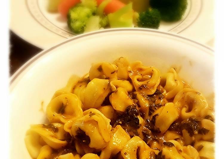 Tortellini w/ spinach sauce.