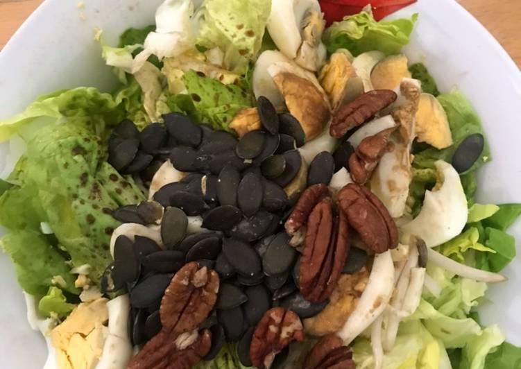 Salade de laitue romaine, œufs et oléagineuses