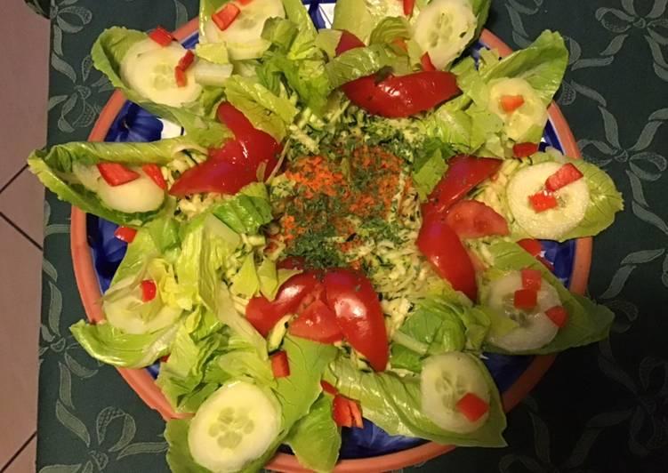 Salade composée scarole tomates concombre carottes et céleri rave
