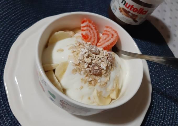 Yaourt bowl banane flocons d'avoine raisins secs 🍴