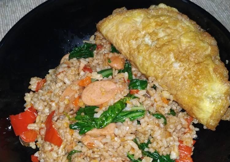 Nasi goreng pedas tomat, sayur sawi dan sosis