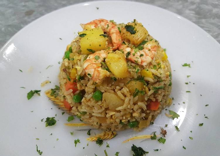 Thai Pineapple Fried Rice (Kao Pad Sapparod)