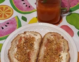 Tostadas con mantequilla, dulce de pétalos de amapola y polen