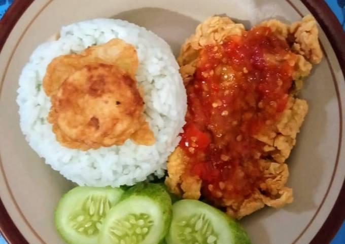 Lalapan ayam geprek with nasi biru bunga telang