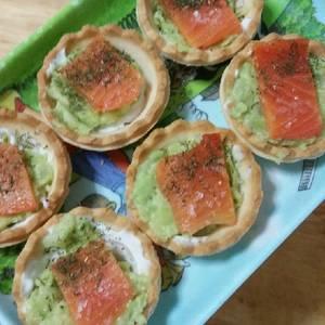 Tartaleta de salmón ahumado, queso de trufa y guacamole