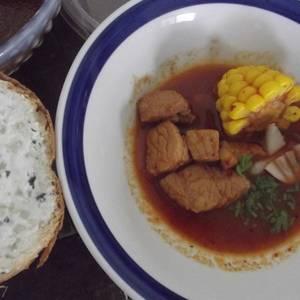 Caldillo de cerdo y elote con pan relleno de requesón y epazote con quelites las correa