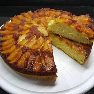 Torta de manzana invertida con bizcochuelo simple (tipo vainillas)