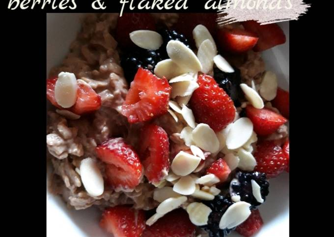 Chocolate protein oats with berries & flaked almonds