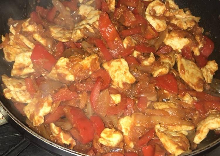 pollo con pimientos tomate y cebolla