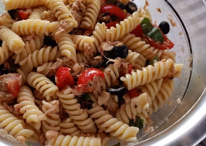 Pasta fredda con tonno pomodorini capperi e olive