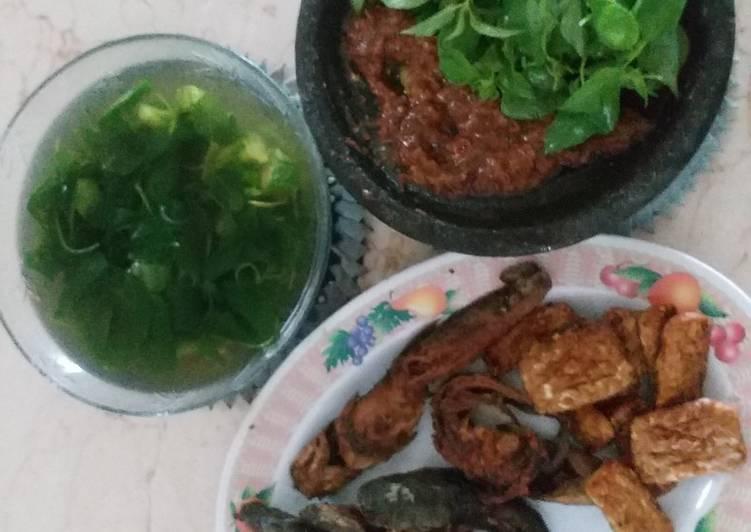Pecel lele + lalap kemangi+ sayur bening