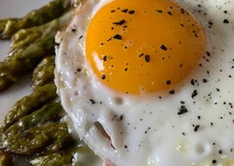 Asparagi con fontina prosciutto cotto e uovo
