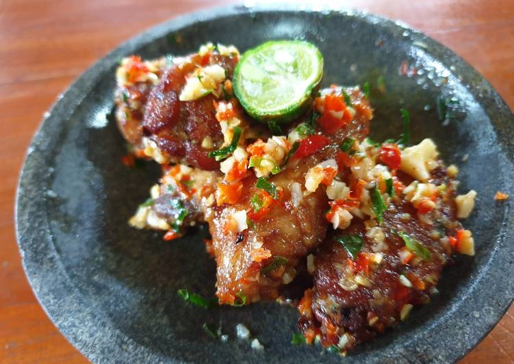 Chicken wings with spicy garlic sauce