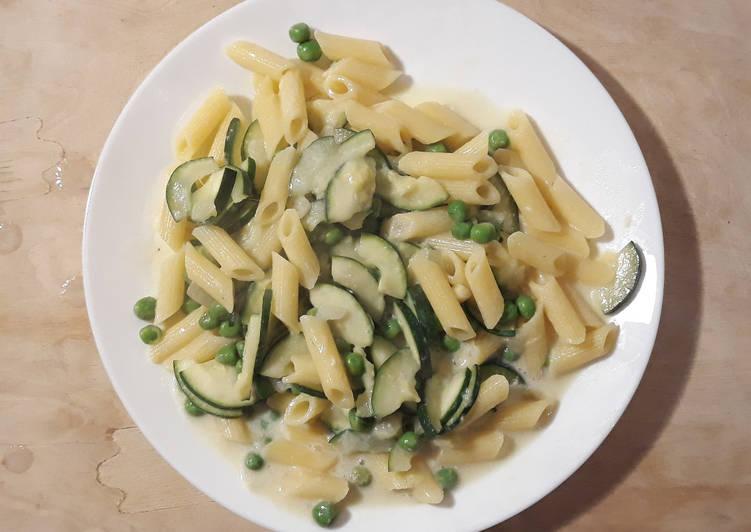 Penne mit Zucchini und Erbsen