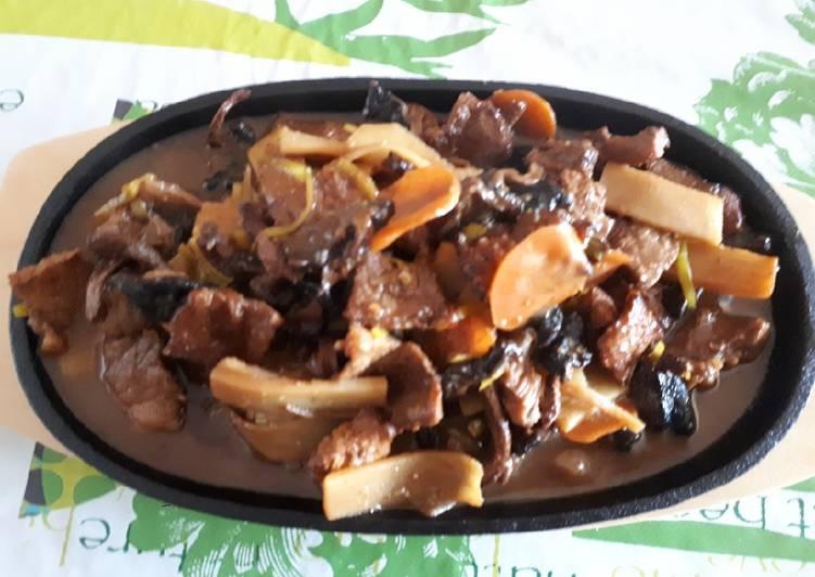 Veau aux champignons shiitakes frais sur plaque chauffante