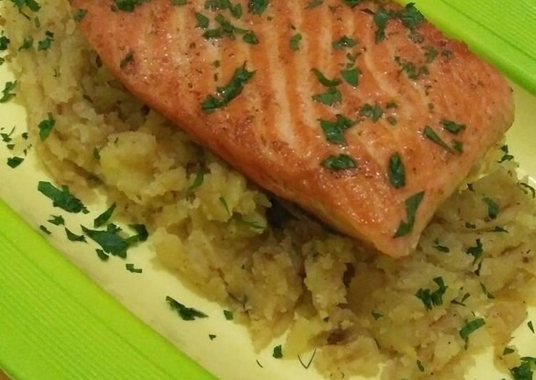 Pan seared Salmon with mashed Potatos ala