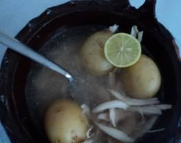 Caldo de papas y pollo desmenuzado criollo