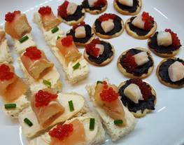 Canapés Variados 4 (Canapés de salmón con queso / Canapés de ajo negro con gambas)