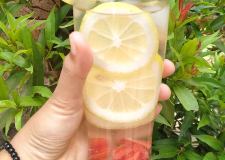 Infused water Lemon Strawberry dan madu