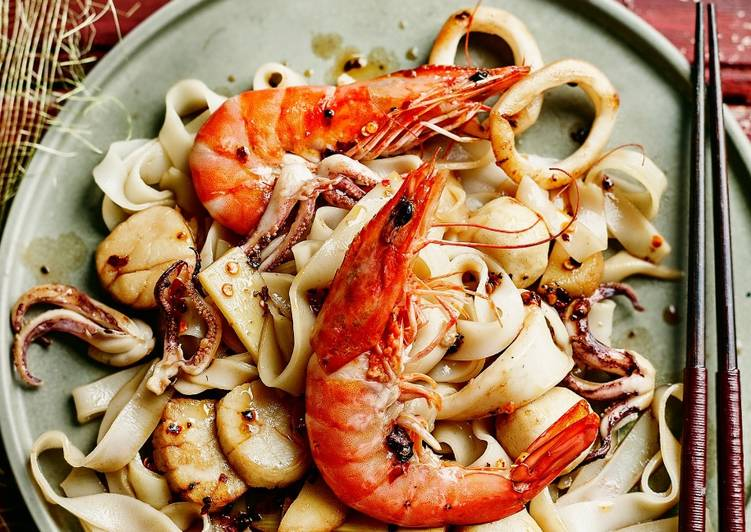 Mixed seafood noodles