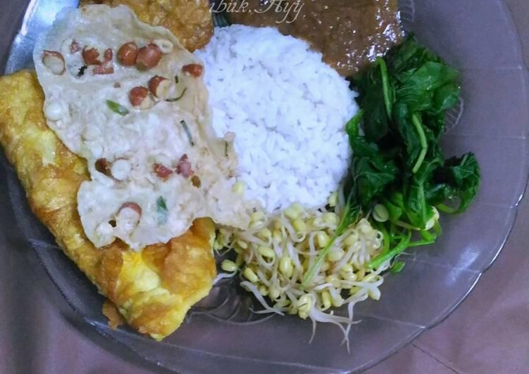 Sego Pecel (Nasi Pecel) Plus Lauk dan Bumbu Pecel Homemade