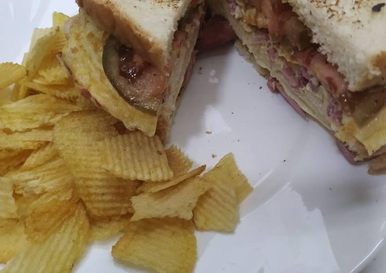 Sándwich doble de Tortilla Francesa y Salchichas al estilo Pitt