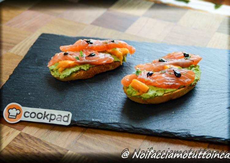Finger Food - Bruschette con crema di piselli, salmone marinato e mango