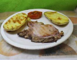 Chuleta de cerdo con patata asada