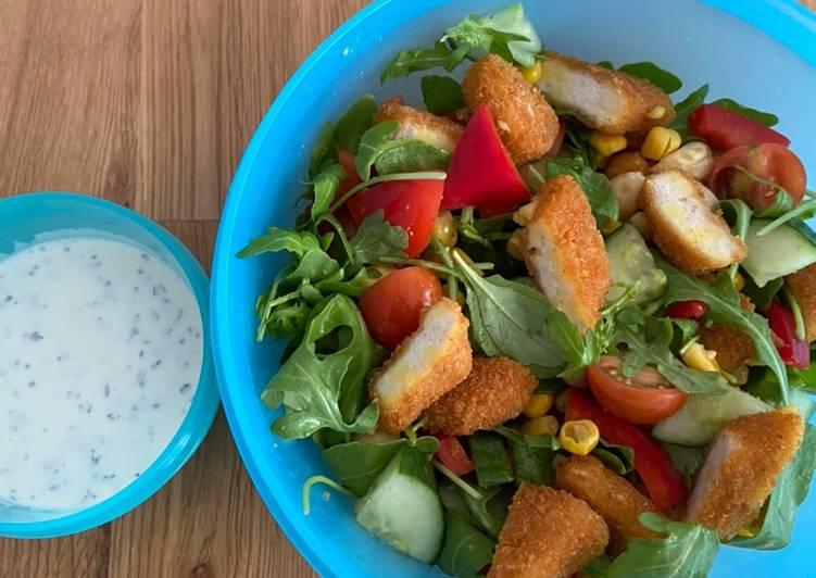 Salat mit Hähnchenbrust-Streifen