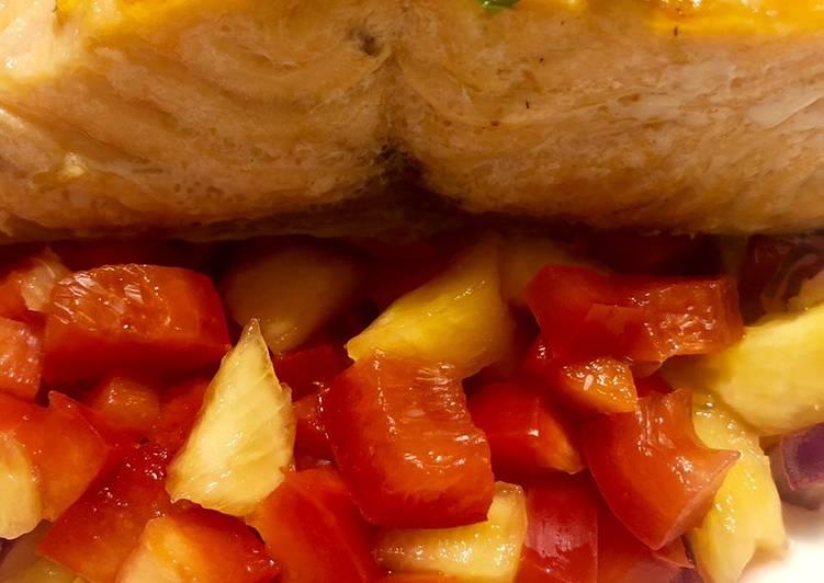 Ricetta Salmone in padella con insalatina di pesche, peperoni e cipolla