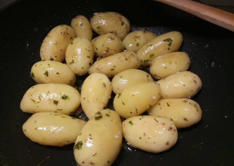 Garlic and parsley butter sautèed new potatoes 🎄