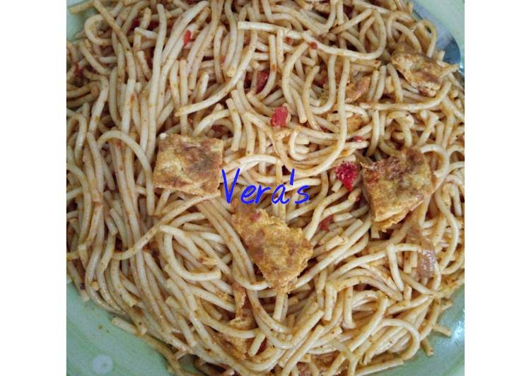 Spaghetti and fried egg garnishing