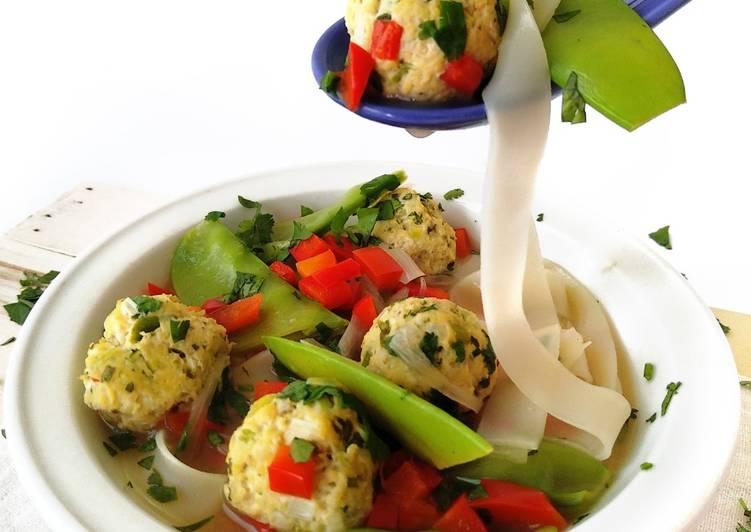 Sopa tailandesa de albóndigas de pollo y noodles de arroz