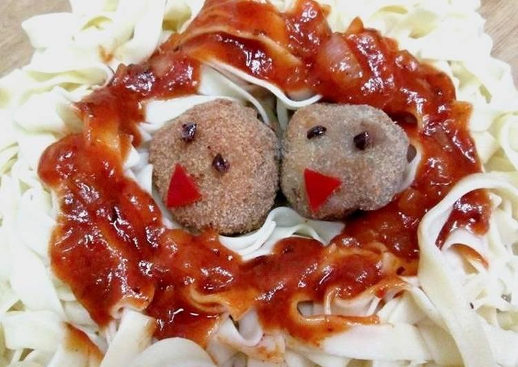 Tagliatelle con albóndigas en salsa napolitana