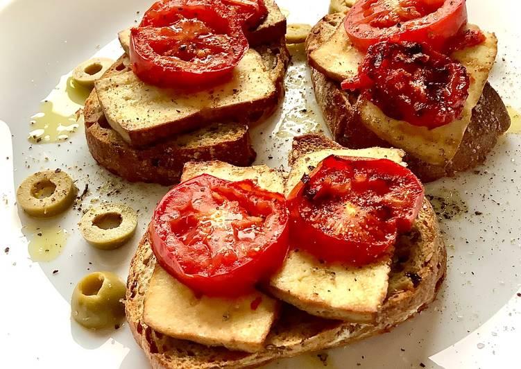 Grillowane grzanki z wędzonym tofu i pomidorem 🌱 główne zdjęcie przepisu