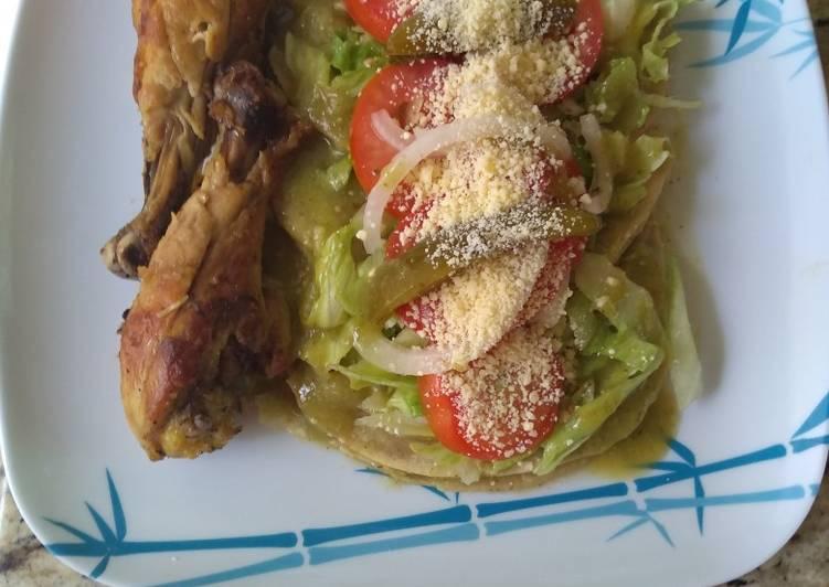 Enchiladas verdes con pollo frito