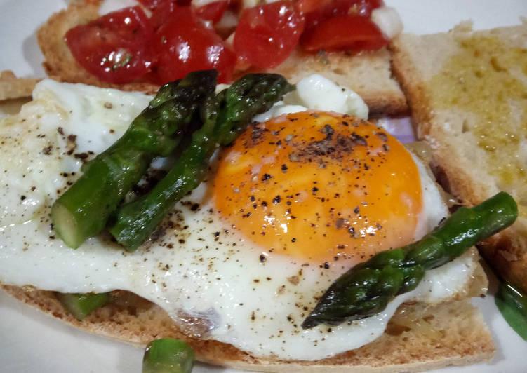 Bruschette con cipolle fresche di Tropea, asparagi e uova all'occhio di bue