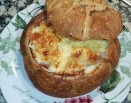 Pan de hogaza relleno de mozzarella, carne picada y jamón