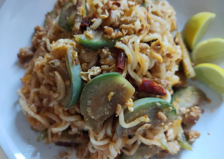 How to Make Appetizing Fried noodle with dried hot chilli (มาม่าผัดพริกแห้ง)