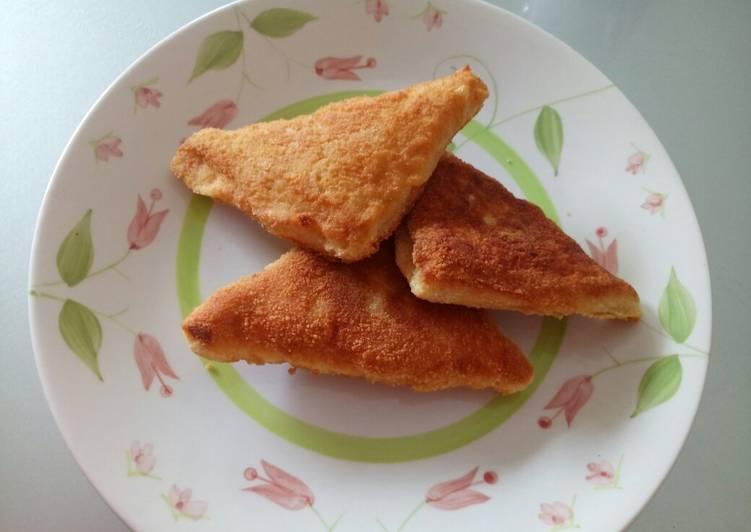 Mozzarella in carrozza - fried mozzarella sandwich