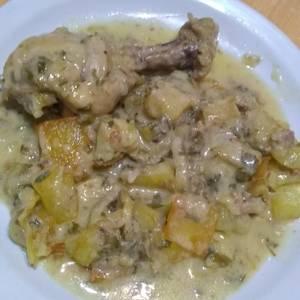 Pollo al verdeo con crema y papas al horno