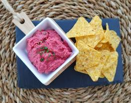 Hummus de remolacha con triángulos de maíz