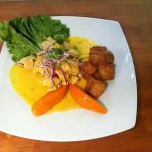 Ceviche de pescado al ají amarillo y chicharrón de pescado