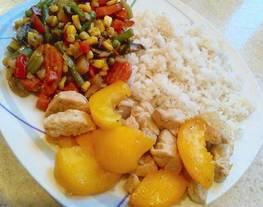Arroz con pollo al melocotón y menestra de verduras