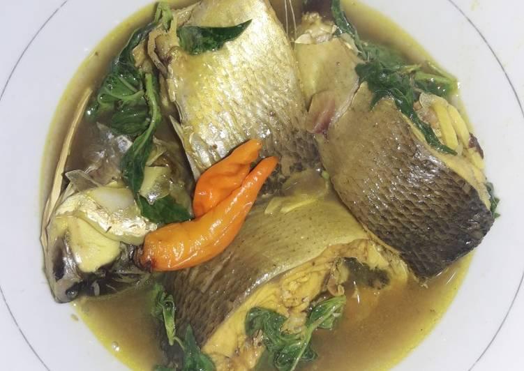 Ikan bandeng masak asam kemangi