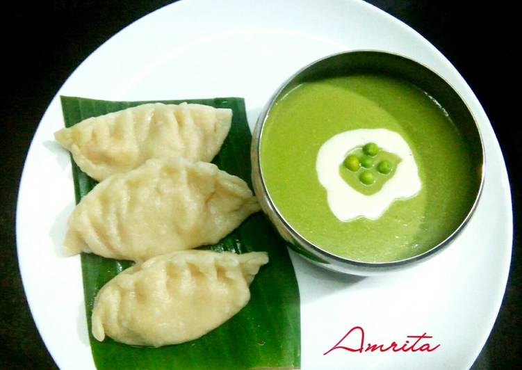 Cheesy momos with pea soup