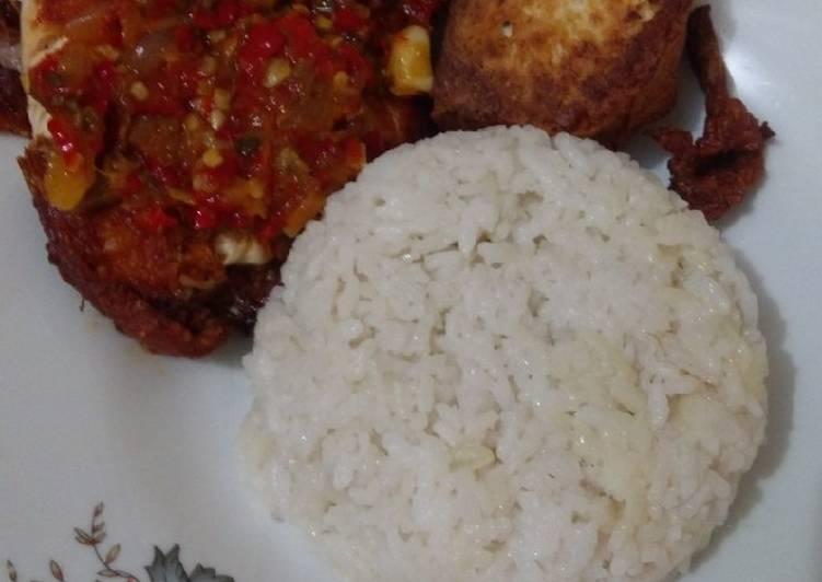 Ayam penyet sambel merah