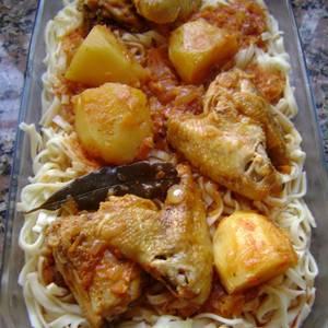 Estofado de alitas de pollo con tallarines