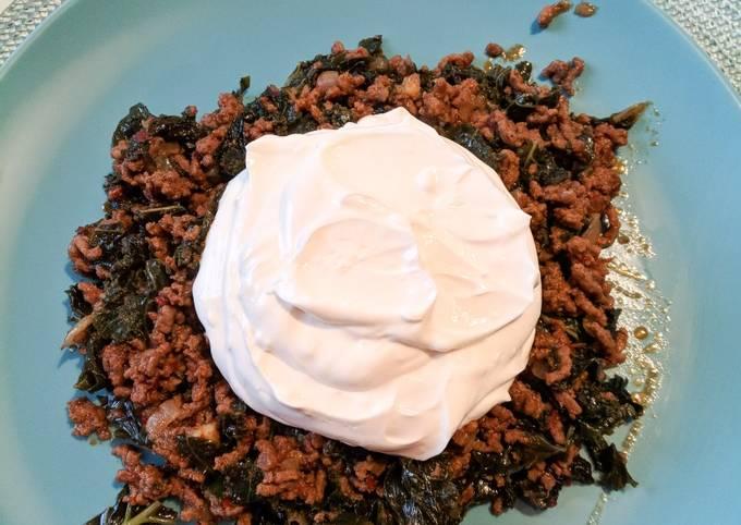 Kale with minced beef and garlic yogurt sauce