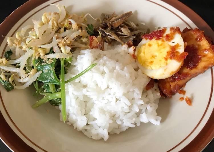 Nasi mewah (Nasi putih-Teri goreng kering-tahu telur bumbu Bali)